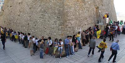 La catena umana attorno al Castello