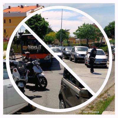 Il Traffico bloccato alla rotonda di Viale Pertini