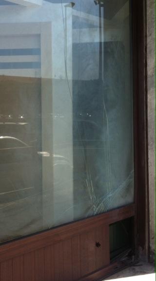La vetrina danneggiata